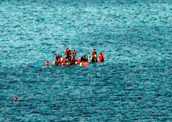 Parte de los sobrevivientes cuando esperaban ser rescatados, subidos sobre la lancha dada vuelta.