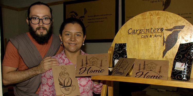 Los esposos y artistas marcalinos, Evelio Vigil y Laura Vásquez son los pioneros del arte con café en Honduras.