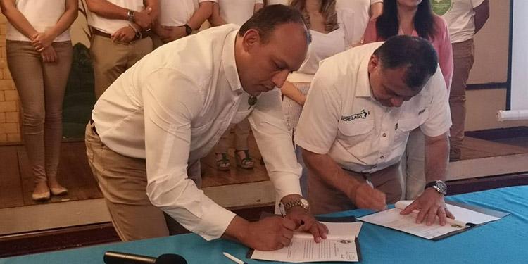 El director general de Ley de Protección de la Cuenca del Lago de Yojoa (Hondulago), Óscar Emilio Cruz Pineda y el coordinador de los Jóvenes Contra el Calentamiento Global (JCCG), Mario Pinel, firmaron el convenio de entendimiento.