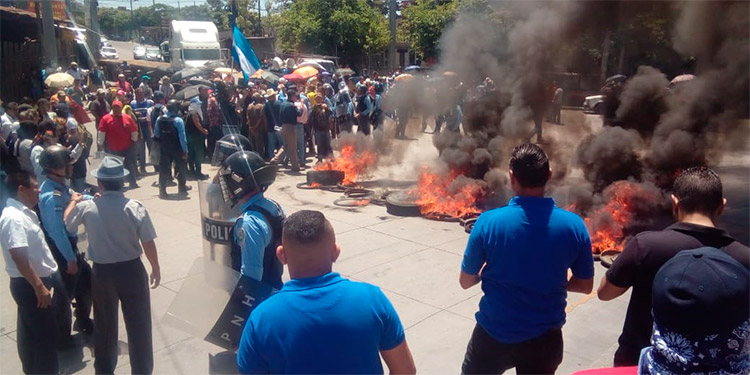 Los manifestantes tenían tomada la calle frente a un centro comercial, impidiendo el paso de vehículos.