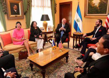 Mike Pompeo reunido con el presidente Bukele de El Salvador.