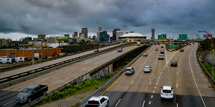 Miles de habitantes de la costa de Luisiana eran evacuados ante la llegada del fenómeno  natural Barry. (LASSERFOTO AP)