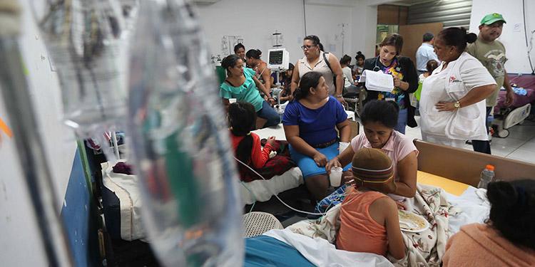 Los centros hospitalarios se encuentran abarrotados con pacientes contagiados por el virus del dengue.