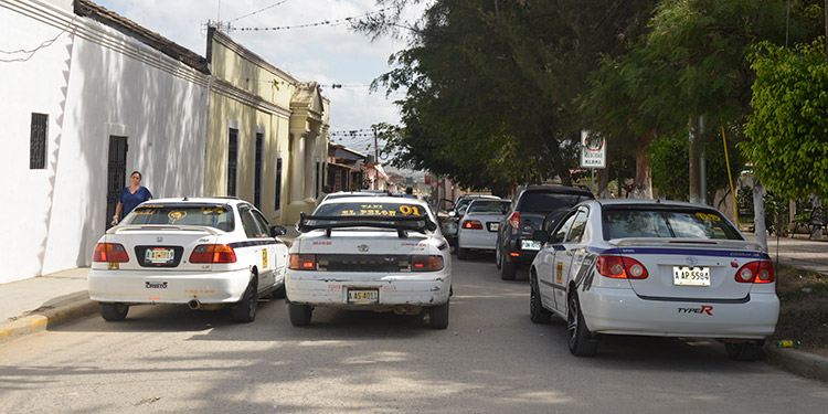 Taxistas de El Paraíso estacionaron sus unidades en todo el centro de la ciudad como acción de protesta.