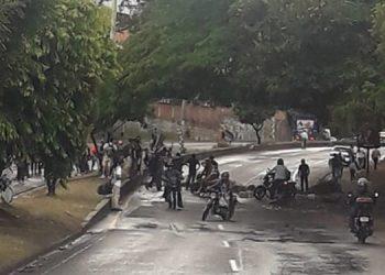 Un pequeño grupo de estudiantes se tomó el bulevar Fuerzas Armadas.