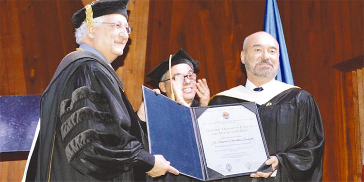 El reconocimiento fue entregado al diplomático por el doctor Francisco J. Herrera Alvarado, rector de la UNAH.