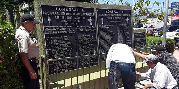 """Los veteranos dieron mantenimiento a la placa conmemorativa en la Plaza Cívica """"La Amistad-San Pablo"""", en la ciudad de Siguatepeque."""