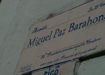 Casco histórico. Placa de la vía bautizada con el nombre del expresidente Miguel Paz Barahona que pocos reparan en ella. Menos para saber que es la única avenida, de las cuatro del centro capitalino, que lleva el nombre de un hondureño.