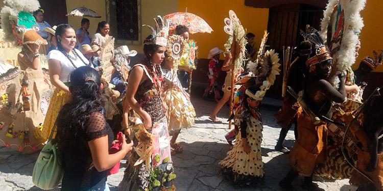 """El desfile de  """"indias bonitas"""", ayer, en el parque de Cadelaria con motivo del Día de Lempira"""