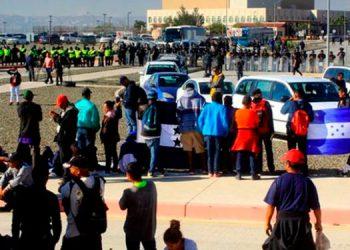Migrantes detenidos en la frontera.