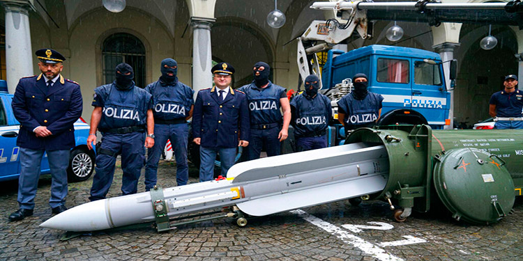 Policía italiana incauta misil aire-aire y armas en redadas a neonazis