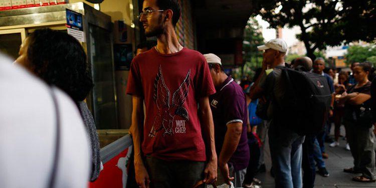 Varias personas caminan por las calles de Caracas luego que se registrara un apagón masivo en la ciudad y en otras partes del país.