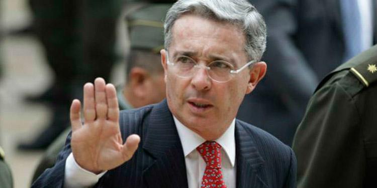 Ordenan que Álvaro Uribe quede libre de arresto domiciliario