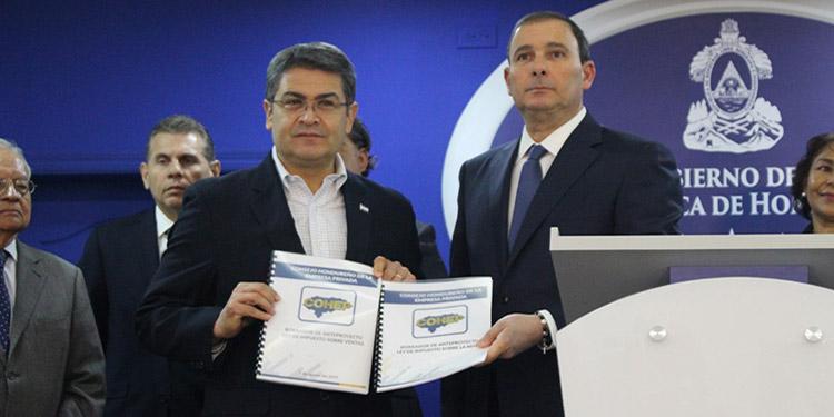 El titular del Ejecutivo, Juan Orlando Hernández, recibió las propuestas de reformas impositivas de manos del presidente de la cúpula empresarial, Juan Carlos Sikaffy.