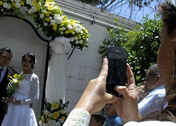 Los familiares de los esposos aprovecharon para tomarles fotografías en un espacio especial creado para ese fin por la alcaldía.