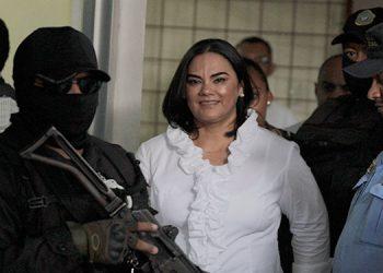 Exprimera dama Rosa Elena Bonilla de Lobo fue hallada culpable de tres delitos de apropiación indebida y ocho de fraude, podría purgar una condena de 58 a 87 años de prisión.