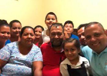 El líder evangélico, Alberto Gutiérrez se reunió ayer con su familia y amigos, dijo estar muy feliz por retornar a casa.