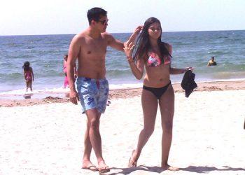 La pareja de turistas dijo estar contenta de estar en una de las mejores playas hondureñas.