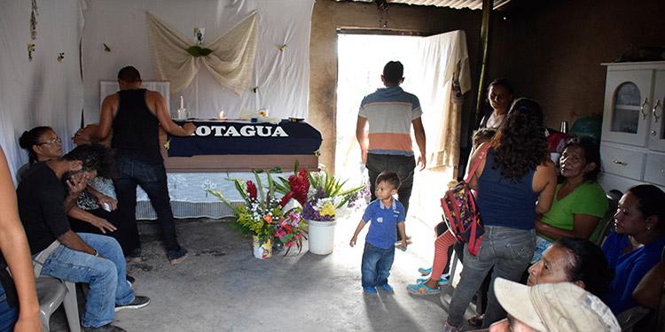 El cadáver de Velis Antonio Baquedano Méndez fue velado en la colonia Villanueva de Tegucigalpa y este día será sepultado en el cementerio de la aldea Villa Vieja.