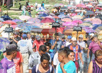 Familiares y amigos cargaron en hombros los féretros de los cuatro  jóvenes que fueron asesinados en una masacre en Lepaterique.