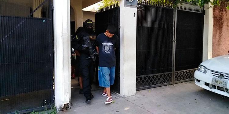 Los tres detenidos fueron encontrados en casa de lujo, donde habitaban.