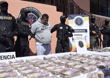 """A Carlos Alberto Álvarez Cruz, alias """"El Cholo Houston"""", lo aprehendieron en poder de más de seis millones de lempiras en efectivo, dinero obtenido mediante extorsiones, venta de drogas y sicariato, entre otros delitos."""