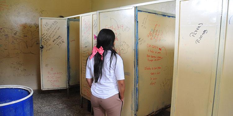 Los alumnos en el Técnico Honduras se exponen a una enfermedad en los sanitarios.