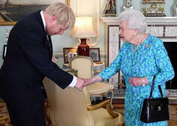Boris Johnson saluda a la Reina Isabel