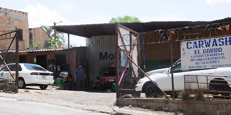 Los negocios que prestan servicios de lavar carros se ven obligados a suspender actividades por falta de agua.