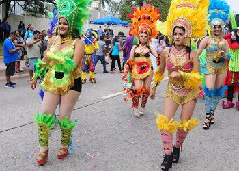 El Carnaval de Tegucigalpa inició la tarde de este sábado con un colorido desfile en el que participaron varios grupos artísticos y coreográficos.