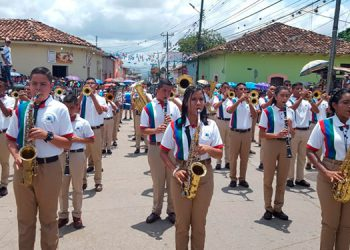 Los jóvenes deleitaron al público y autoridades durante el desfile por la avenida Independencia, en Catacamas.