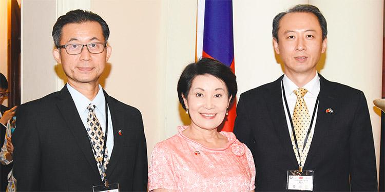 Lucas Huang, embajadora Ingrid Hsing, Gustavo Lu.