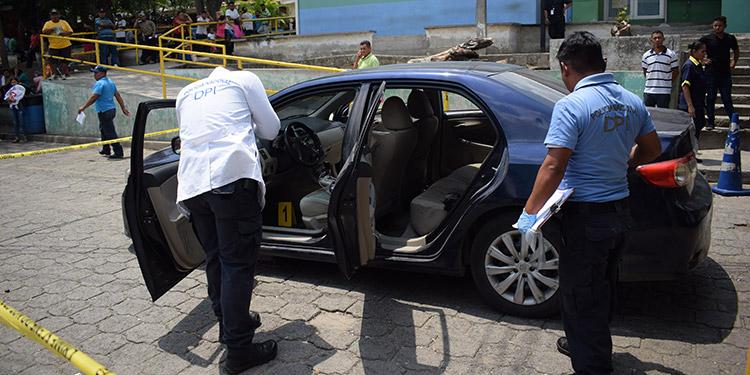 Los agentes de la Dirección Policial de Investigaciones (DPI) hicieron las inspecciones en el vehículo.