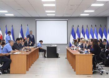 Las delegaciones de ambos países, en la reunión que sostuvieron en Honduras.