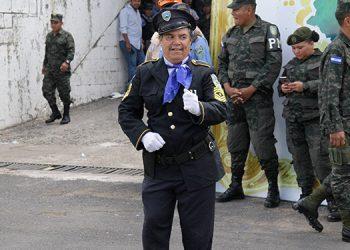"""El """"agente 777"""", parodió a los policias hondureños y la seguridad del país, recordando el papel del reconocido  Mario Moreno """"Cantinflas""""."""