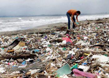 Cientos de toneladas de basura son arrastradas por el río Motagua. El problema contamina las costas de Guatemala y Honduras.