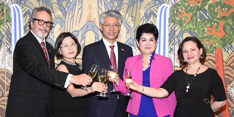José María Agurcia, Kyoung Lan Cho, embajador Seung-ki Shin, María Antonia Rivera, Norma Cerrato.
