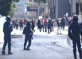 Militantes del Partido Libre y elementos de la Policía nacional protagonizaron una reyerta en el bulevar Morazán.