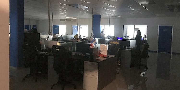 Las oficinas públicas y privadas dejaron de operar, la Secretaría de Energía se quedó a oscuras con este apagón que se originó en la línea 230 de la zona sur, colapsando el sistema de interconexión.