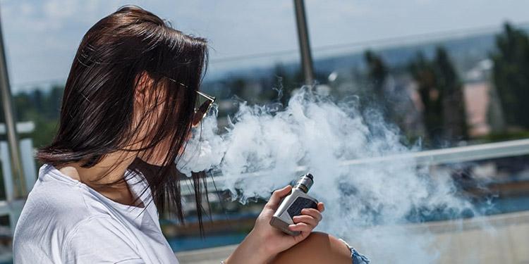 Médicos indican que los jóvenes elevan de forma gradual la cantidad de la nicotina y causan daños a su organismo.