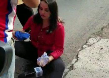 Marcela Moncada evidenció dificultad para respirar y en el suelo fue asistida por otros comunicadores.