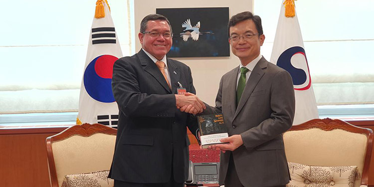El vicecanciller de la República, José Isaías Barahona, entrega el libro de Ciudad Blanca en coreano al primer viceministro de Asuntos Exteriores, Cho Sei-young.