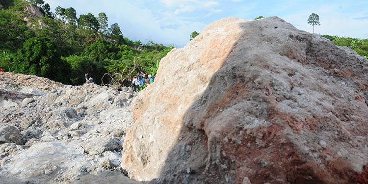 Las gigantescas rocas no permitirían recuperar la carretera soterrada.