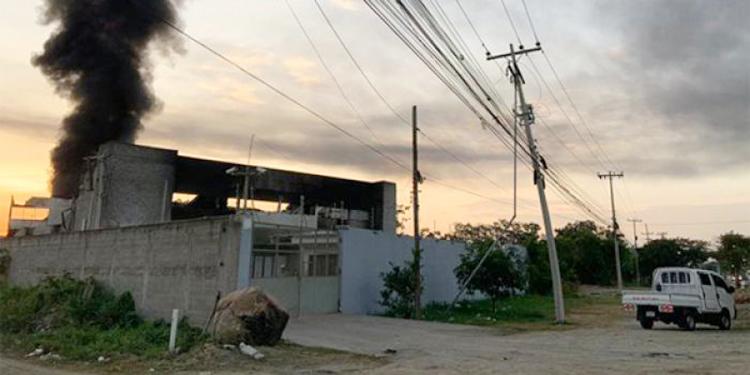 La fábrica fue consumida en la colonia Satélite al este de la ciudad.