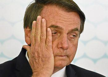 La portada de diario con Bolsonaro como rostro de muertes por COVID-19
