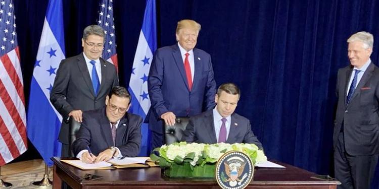 El canciller Lisando Rosales (izquierda) fue el encargado de firmar el acuerdo migratorio entre Honduras y Estados Unidos.