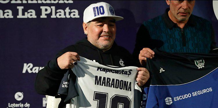 Maradona motivo de burlas por polémico video en que se baja calzoneta