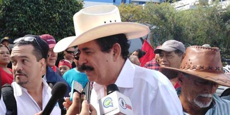 Manuel Zelaya no pudo terminar su discurso en el centro de Tegucigalpa porque hubo una lluvia de gas y pedradas debido a un pleito entre policías y manifestantes.