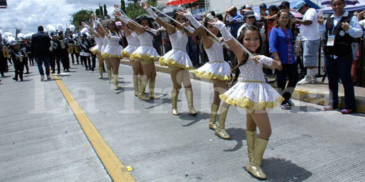 """El Instituto Privado """"Adriana de Valerio"""" colocó al frente a su representante del cuadro de palillonas, una de las más fotografiadas por su alegría al desfilar."""