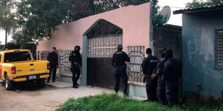 Los elementos del Ministerio Público cuando ingresaban a una de las viviendas del esjefe policial.
